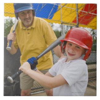 Padre con la hija en la jaula de bateo azulejo cuadrado grande
