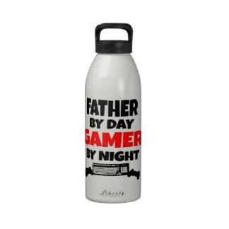Padre del videojugador botallas de agua