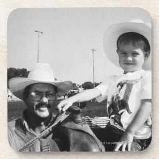 Padre e hijo (2-4) en el rodeo (B&W)