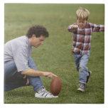 Padre e hijo (4-6) que juegan a fútbol americano azulejos ceramicos
