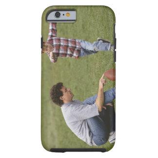Padre e hijo (4-6) que juegan a fútbol americano funda de iPhone 6 tough