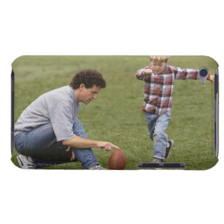 Padre e hijo 4-6 que juegan a fútbol americano