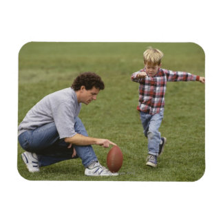 Padre e hijo (4-6) que juegan a fútbol americano imán rectangular