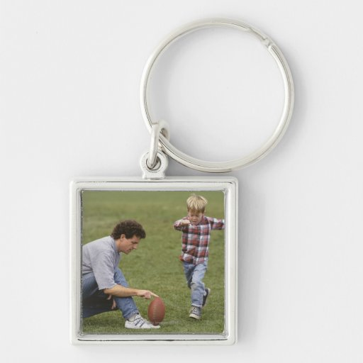 Padre e hijo (4-6) que juegan a fútbol americano llavero personalizado