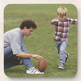 Padre e hijo (4-6) que juegan a fútbol americano