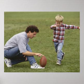 Padre e hijo (4-6) que juegan a fútbol americano póster