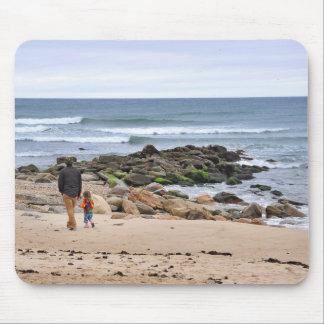 Padre e hijo que dan un paseo la playa de Montauk Tapetes De Ratones