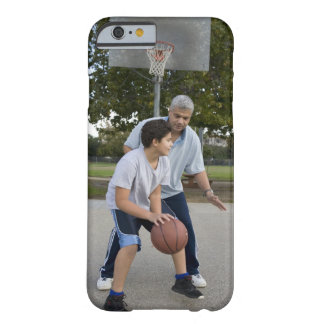 Padre hispánico e hijo que juegan a baloncesto funda de iPhone 6 barely there