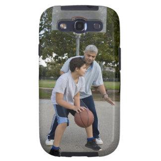 Padre hispánico e hijo que juegan a baloncesto galaxy SIII coberturas