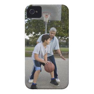 Padre hispánico e hijo que juegan a baloncesto Case-Mate iPhone 4 cárcasas