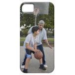 Padre hispánico e hijo que juegan a baloncesto iPhone 5 Case-Mate carcasas