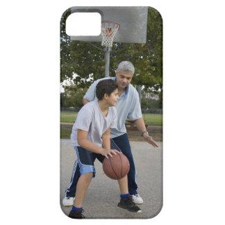 Padre hispánico e hijo que juegan a baloncesto iPhone 5 funda