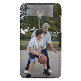 Padre hispánico e hijo que juegan a baloncesto iPod touch Case-Mate protector