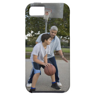 Padre hispánico e hijo que juegan a baloncesto funda para iPhone 5 tough