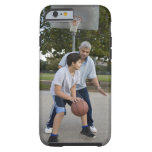 Padre hispánico e hijo que juegan a baloncesto funda de iPhone 6 tough