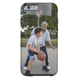 Padre hispánico e hijo que juegan a baloncesto funda para iPhone 6 tough
