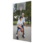 Padre hispánico e hijo que juegan a baloncesto impresión en lona