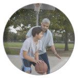Padre hispánico e hijo que juegan a baloncesto plato para fiesta