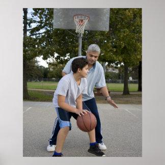 Padre hispánico e hijo que juegan a baloncesto póster