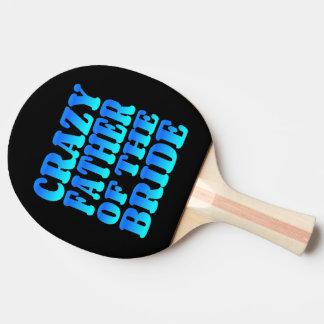 Padre loco de la novia en azul pala de ping pong