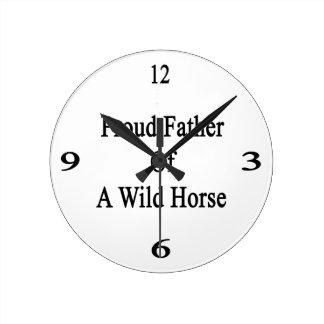 Padre orgulloso de un caballo salvaje reloj redondo mediano