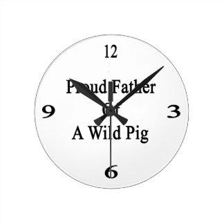 Padre orgulloso de un cerdo salvaje reloj redondo mediano