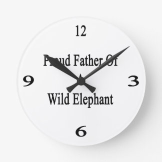 Padre orgulloso de un elefante salvaje reloj redondo mediano