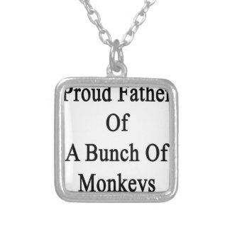 Padre orgulloso de un manojo de monos colgante cuadrado
