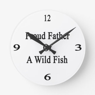 Padre orgulloso de un pescado salvaje reloj redondo mediano