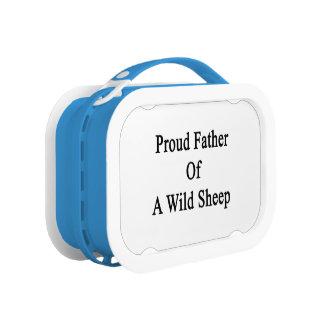 Padre orgulloso de una oveja salvaje