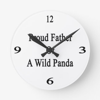 Padre orgulloso de una panda salvaje reloj redondo mediano