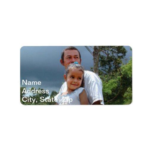 Padre que detiene a la hija en parque etiquetas de dirección