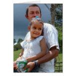 Padre que detiene a la hija en parque tarjeta de felicitación