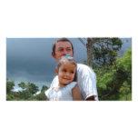 Padre que detiene a la hija en parque tarjetas personales con fotos