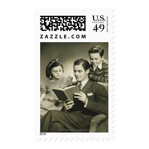 Padre que lee al hijo sellos