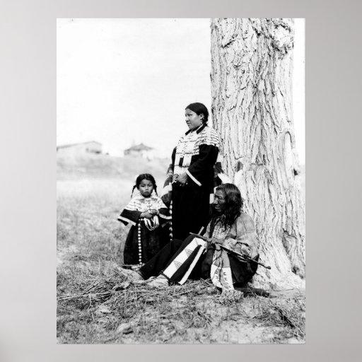 Padre y familia del nativo americano poster