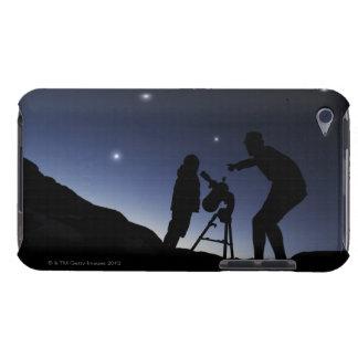 Padre y muchacho joven (6 años) afuera en iPod touch carcasas