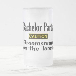 Padrino de boda en el flojo jarra de cerveza esmerilada