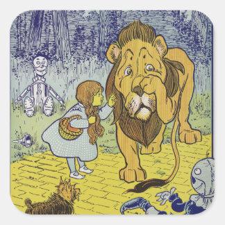 Página cobarde del libro de mago de Oz del león Calcomanía Cuadradase
