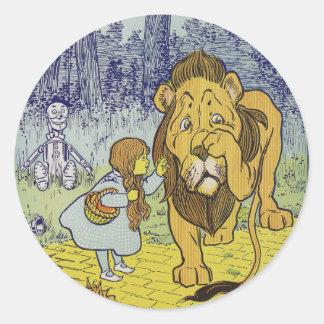 Página cobarde del libro de mago de Oz del león Etiqueta Redonda