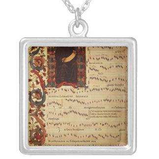 Página de la notación musical con historiated collar plateado