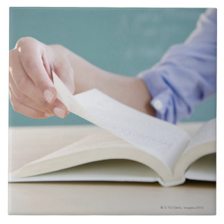 Página de torneado de la mano en libro azulejo cuadrado grande