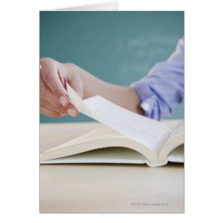 Página de torneado de la mano en libro tarjeta de felicitación