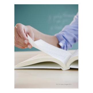 Página de torneado de la mano en libro tarjeta postal