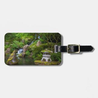 Pagoda y charca en el jardín japonés etiqueta de equipaje