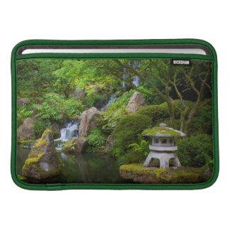 Pagoda y charca en el jardín japonés fundas MacBook