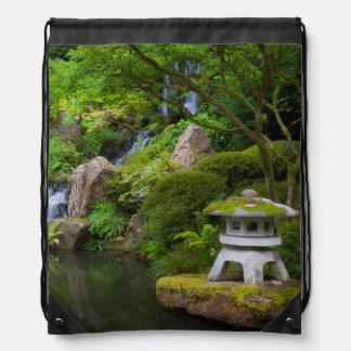 Pagoda y charca en el jardín japonés mochilas