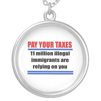 Pague sus impuestos. 11 illegals del millon confía colgante redondo