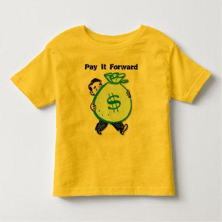 pagúele la camisa delantera del niño