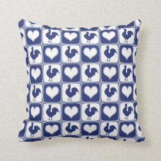 País del gallo y del corazón azul y blanco de la almohada